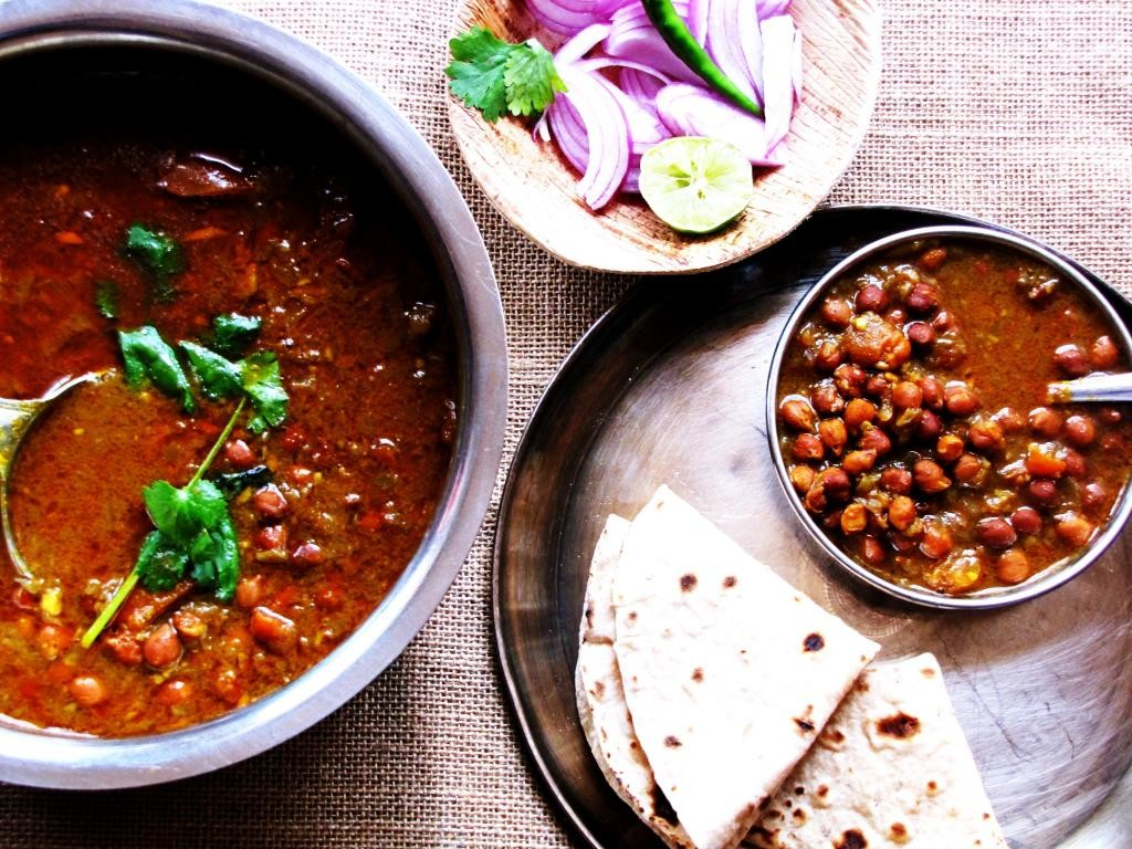 Kala Chana (Black Chickpeas) In Tomato and Onion Based Gravy!